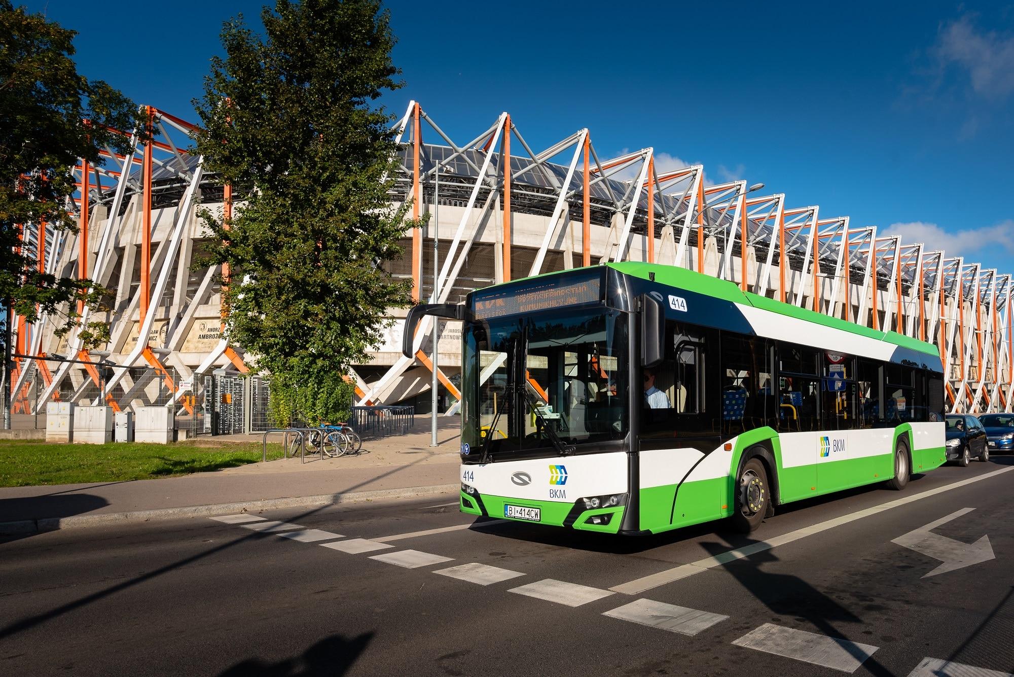 Autobus Solaris przy stadionie narodowym